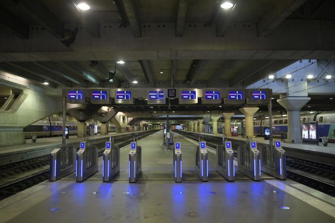 La gare de Paris-Montparnasse vide après l'interruption du trafic, le 3 décembre.