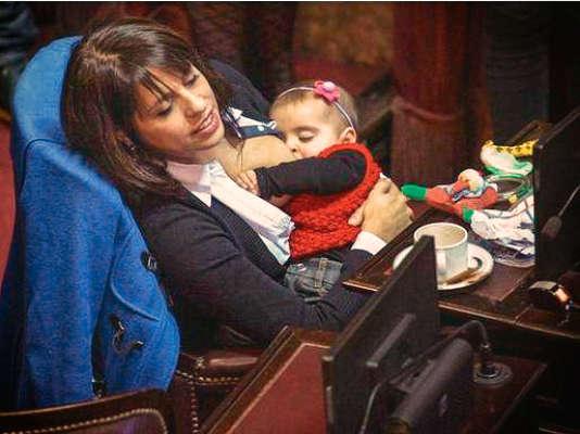 Victoria Donda Pérez allaitant son bébé au Parlement de Buenos Aires, en juillet 2015.