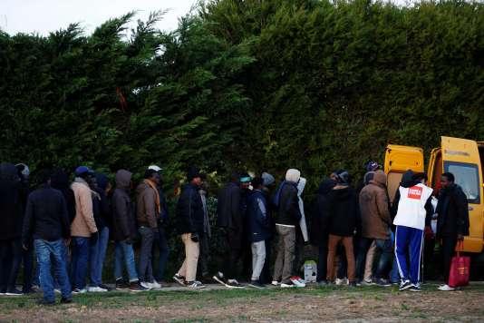 Des migrants font la queue pour recevoir une aide alimentaire à Ouistreham, en Normandie, le 30 octobre.