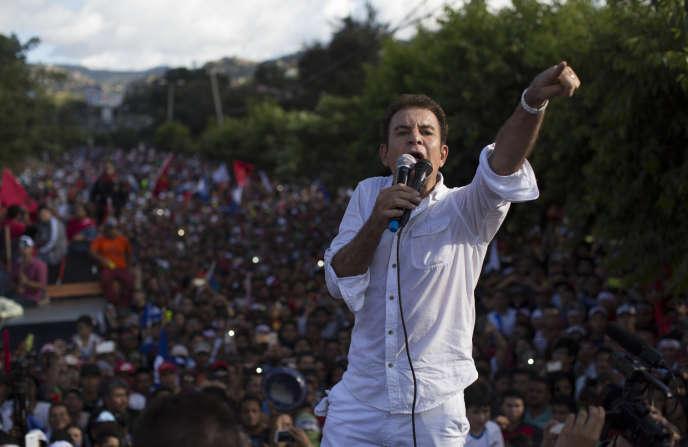 Le candidat de l'opposition Salvador Nasralla lors d'une marche de protestation, le 3 décembre à Tegucigalpa.