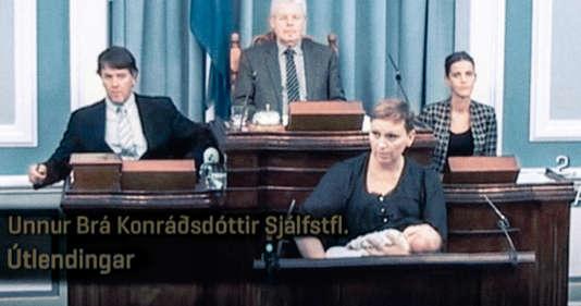 Unnur Bra Konradsdottiret son bébé de 6 semaines, lors d'une séance parlementaire en Islande, en octobre 2016.