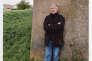 Patrick Henry lors de sa première libération en 2001. Photographie prise devant la prison de Caen.