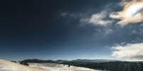 La pleine lune la plus éblouissante de 2017 fait naître des couronnes colorées au sein des nuages qui tentent de la voiler.