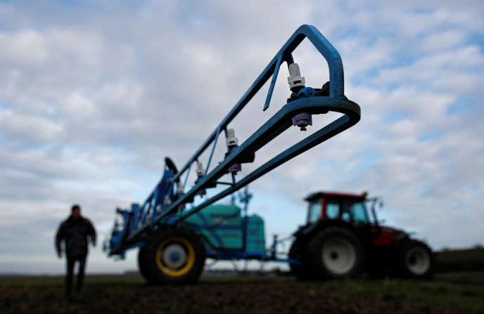 Préparation pour le traitement d'un champ de moutarde au glyphosate, àOuzouer-sous-Bellegarde (Loiret), le 30 novembre.