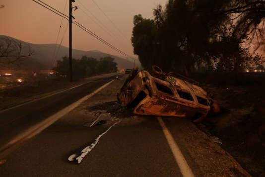 Un véhicule accidenté sur une route de campagne, à proximité de Santa Paula, en Californie, le 5décembre 2017.
