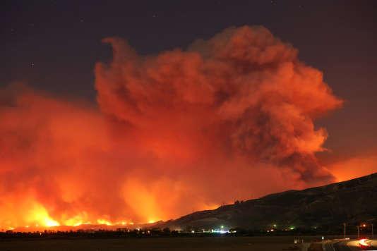 L'incendie Thomas a causé la mort d'un automobiliste, dévasté plus de 18200hectares, détruit 150bâtiments et forcé à l'évacuation de quelque 27000personnes.