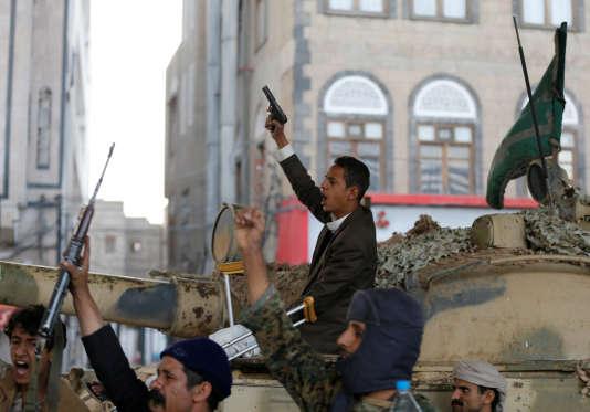 Des militants houthistes célèbrent la mort de l'ancien président Ali Abdallah Saleh, àSanaa, auYémen, le4décembre2017.