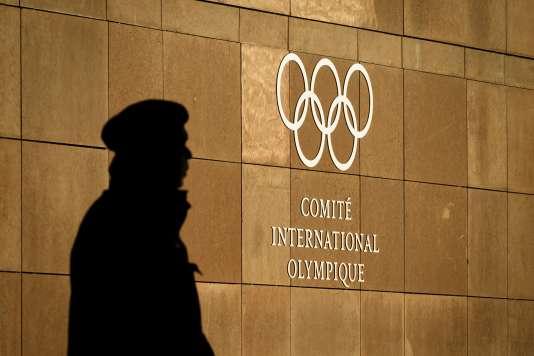 Devant le siège du CIO à Lausanne.