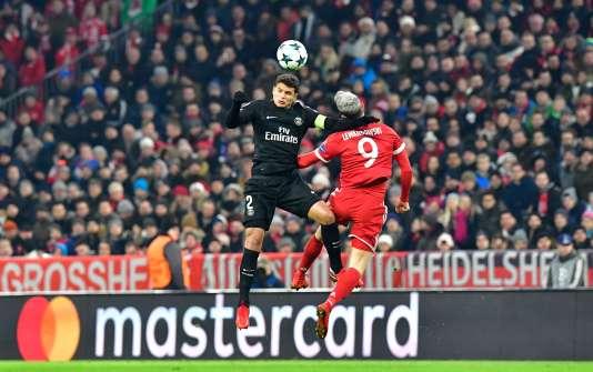 Thiago SIlva à la lutte avec Robert Lewandowski, le 5 décembre.
