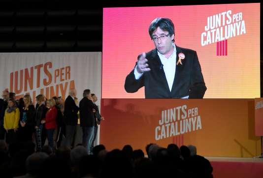 Carles Puigdemont, en campagne à travers un écran à Barcelone, le 4 décembre 2017.