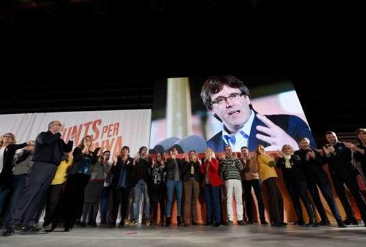 Carles Puigdemont participe à distance au meeting électoral du parti Junts per Catalonia, à Barcelone, le 4 décembre.