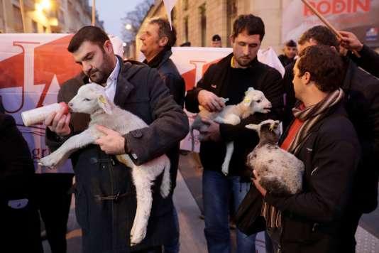 Une manifestation d'éleveurs contre le futur plan loup, le 5 décembre, devant Matignon.
