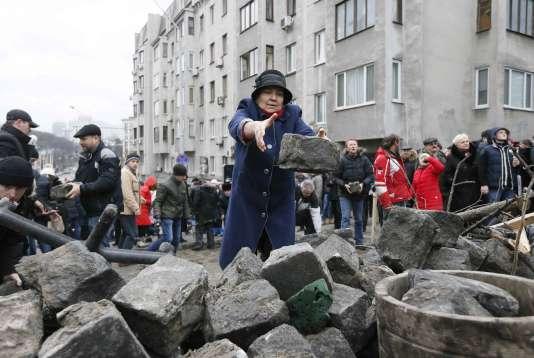 Des soutiens de l'ancien président géorgien Mikheïl Saakachvili bloquent les rues à l'aide de pavés, le 5 décembre.