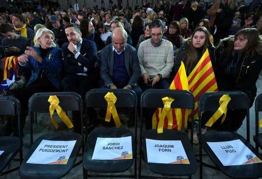 Sièges vides portant les noms des candidats emprisonnés lors du premier meeting de campagne du partiJunts per Catalunya, à Barcelone, le 4 décembre.