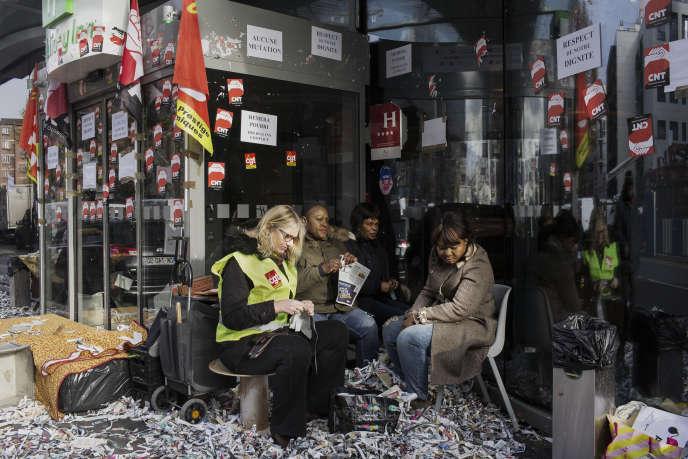 Soutenus par la CNT-SO et la CGT-HPE, une dizaine de salariés proteste chaque jour devant l'hôtel pour obtenir le départ du prestataire qui les emploie, Héméra.