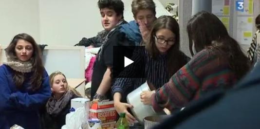 Sur le campus de Bron de l'université Lyon-II, des étudiants organisent l'accueil des migrants.