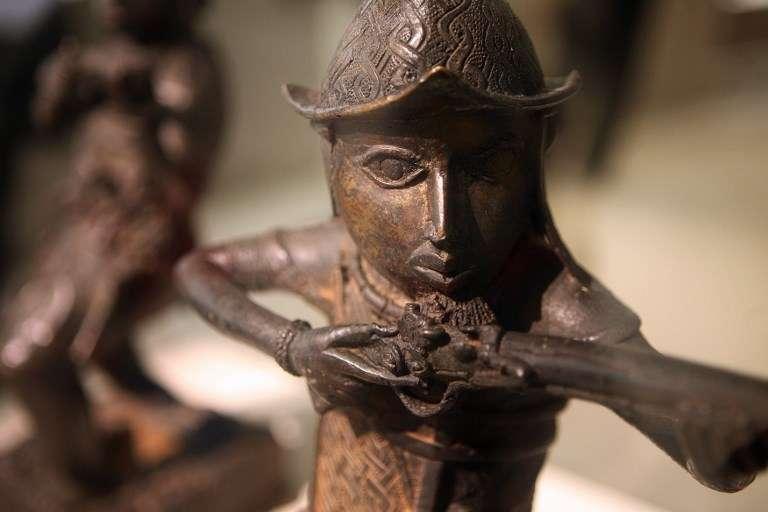 Statuette du XVIe siècle originaire du Béninreprésentant un colon portugais au Musée du quai Branly, photographiée lors de l'exposition Art au Bénin, à Paris, en octobre 2007.