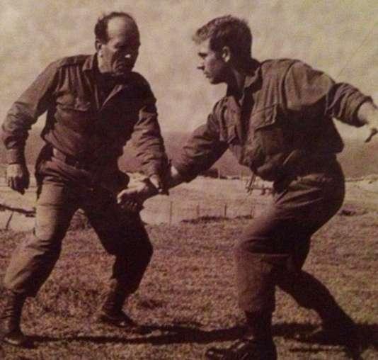Entraînement au krav maga, avec son inventeur, Imi Lichtenfeld (à gauche). Photo non datée.