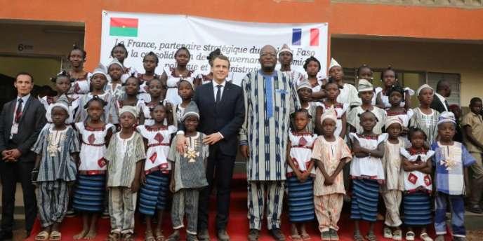 Emmanuel Macron et Roch Marc Christian Kabore visitant l'école Lagm Taaba à Ouagadougou, le 28 novembre 2017.