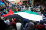 Des étudiants tiennent le drapeau palestinien, dans le camp d'Aïn El-Héloué, le 6 décembre.