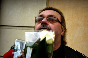 «Que je t'aime» se met soudain à résonner parmi un petit groupe de badauds. Yves Bigot, 59 ans, grimé comme son idole, cinq tatouages à son effigie, l'entonne à tue-tête. Il est venu de l'Eure pour se recueillir ici après l'avoir pleuré en famille ce matin.