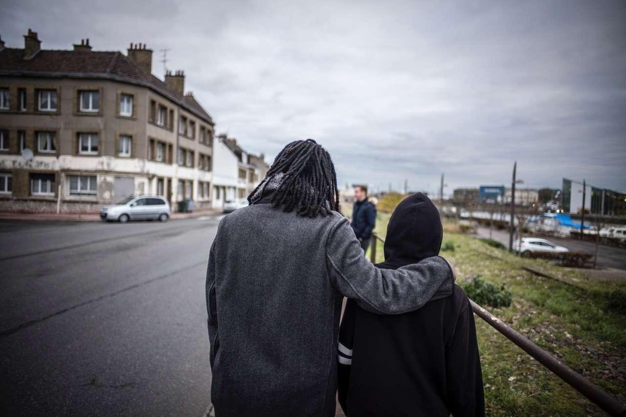 Il est 9 heures, mardi 5 décembre. Un très jeune Ethiopien tout juste sorti du foyer qui l'hébergeait pour quelques jours vient d'arriver à Calais. Il comptait rejoindre ses amis sous le pont, quai de la Meuse, mais la police est passée avant lui. Un humanitaire du Secours catholique lui propose un thé à boire au chaud.