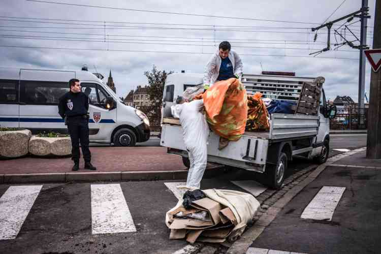 Sous la surveillance de la police, des agents municipaux balancent le tout dans la benne à ordures.« C'est tous les jours comme ça», déplore Loan Torondel, de l'Auberge des migrants, une association d'aide aux exilés.