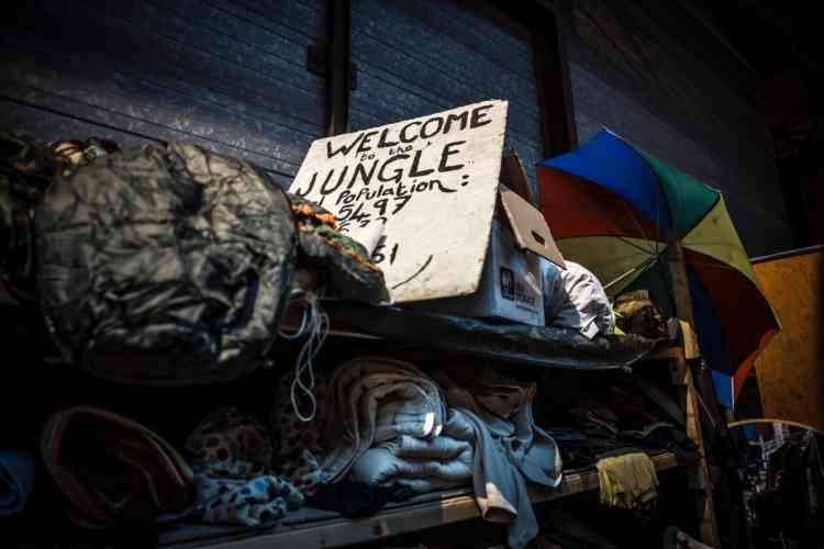 « Bienvenue dans la jungle», l'Auberge des migrants a gardé un souvenir de la grande «jungle» de Calais, évacuée en octobre 2016. Aujourd'hui, la politique à l'œuvre est d'éviter les points de fixation.