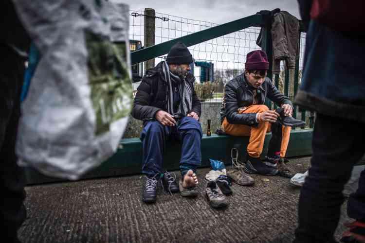 Les chaussures sont un des biens les plus précieux pour les migrants. Elles doivent être imperméables, légères, chaudes et... à la bonne pointure. « Pour éviter les émeutes, il faut repérer ceux qui ont des chaussures trop deteriorées, donner un ticket à ces personnes-là et un rendez-vous pour le lendemain dans un lieu inhabituel, afin d'éviter les cohues et les bousculades», rappelle Mathilde Robert, bénévole à l'Auberge des migrants.