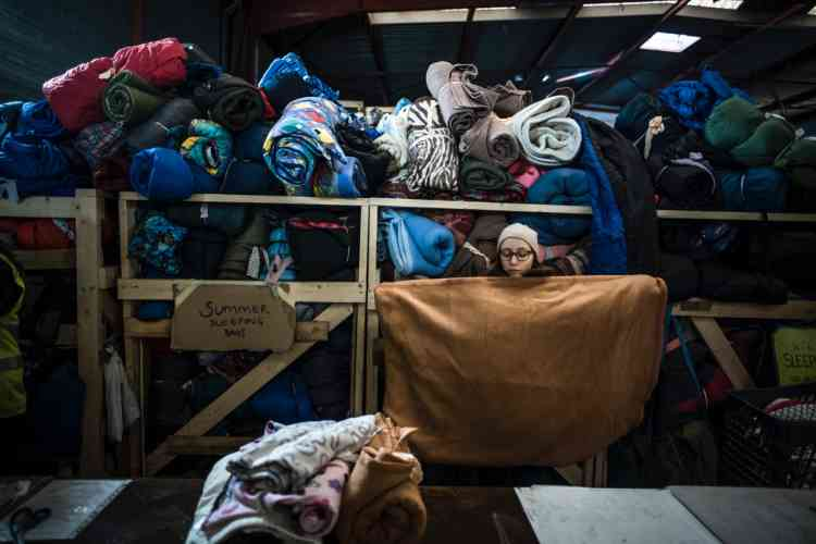 Dans l'entrepot de l'Auberge des Migrants et d'Help Refugees, les dons sont classés avant d'être distribués. « On distribue 400 couvertures par semaine», raconte Loan Torondel.