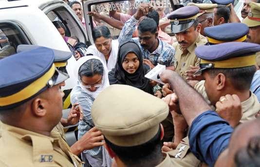 Hadiya-Akhila à l'aéroport de Kochi, le 27 novembre. Le choix de cette jeune hindoue convertie à l'islam d'épouser un musulman est contesté en justice.