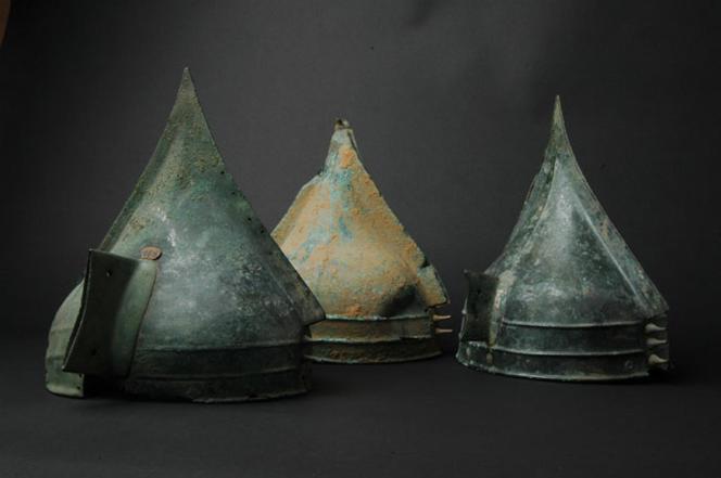 Trois des neuf casques de Bernières-d'Ailly (Calvados), découverts au XIXe siècle lors de travaux agricoles.