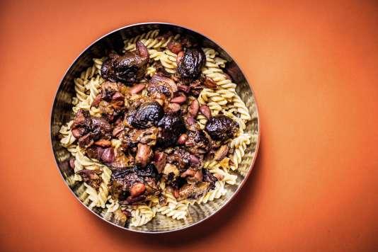 Du poulet, des pâtes, des pruneaux, des amandes, du curry. Laisser mijoter et le tour est joué.