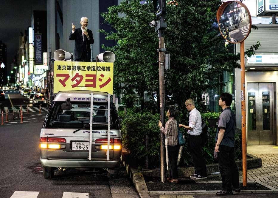 Tokyo, Japon, 2016. Mitsuo Matayoshi, qui s'est rebaptisé Jesus Matayoshi, a coutume de prêcher juché sur une fourgonnette. Depuis 1997, il s'est présenté à plusieurs élections. Son parti entend instaurer la volonté de Dieu sur terre.