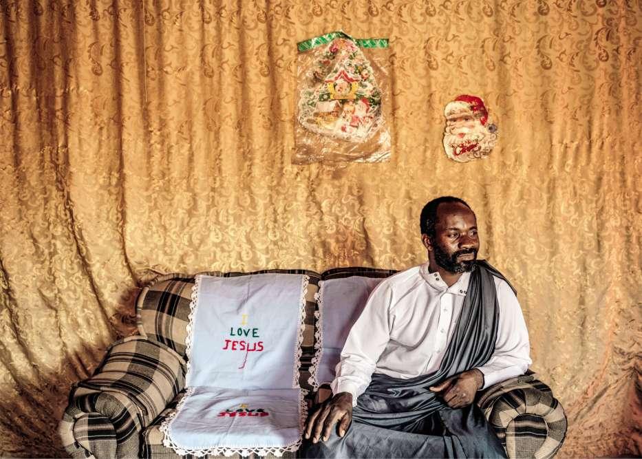 Kitwe, Zambie, 2016.Bupete Chibwe Chishimba (dans son salon), a «su» qu'il était la réincarnation du Christ à 24ans. Ancien vendeur de bijoux, Jésus de Kitwe, 43ans, marié et père de cinq enfants, est aujourd'hui chauffeur de taxi.