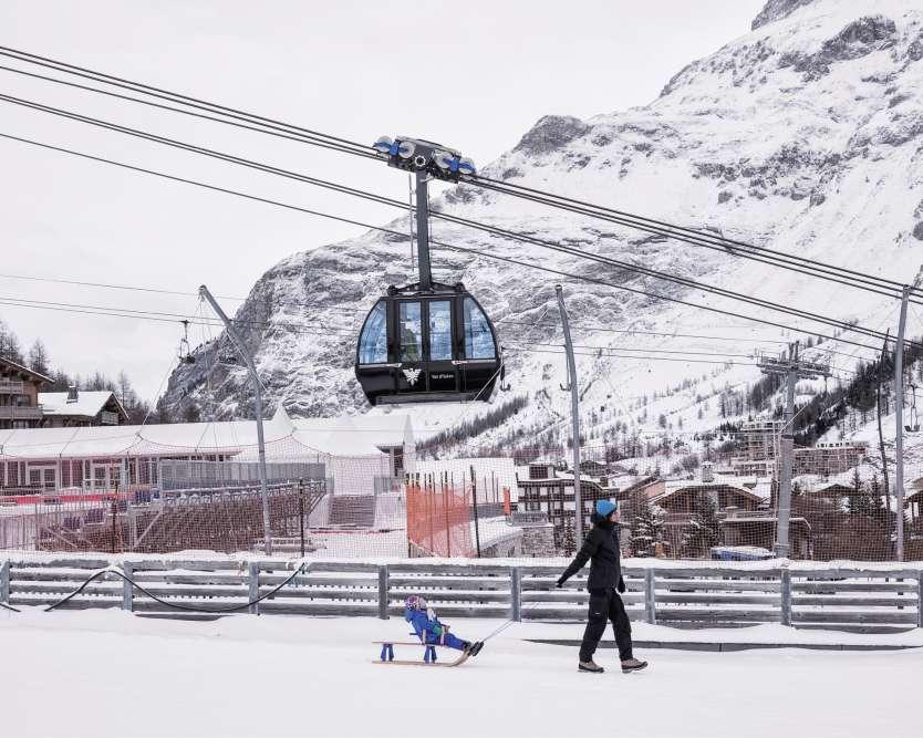 Val-d'Isère, Savoie, le 2décembre2017. Les calendriers sportifs sont bien souvent plus immuables que les saisons. Ainsi, chaque année, le Critérium de la première neige deVal-d'Isère scande le retour en Europe du grand barnum des compétions de ski, après quelques étapes nord-américaines. Si la météo le permet, toutefois. Annulée en 2011 et en 2014, faute de neige, cette épreuve semble cette fois sur de bons rails, la station deHaute-Tarentaise ayant déjà ouvert ses pistes grâce à d'abondantes chutes de poudreuse. Les hommes doivent disputer un géant et un slalom, les 9 et 10décembre. Une semaine plus tard, ce sera au tour des femmes, pour une descente et un super-G.