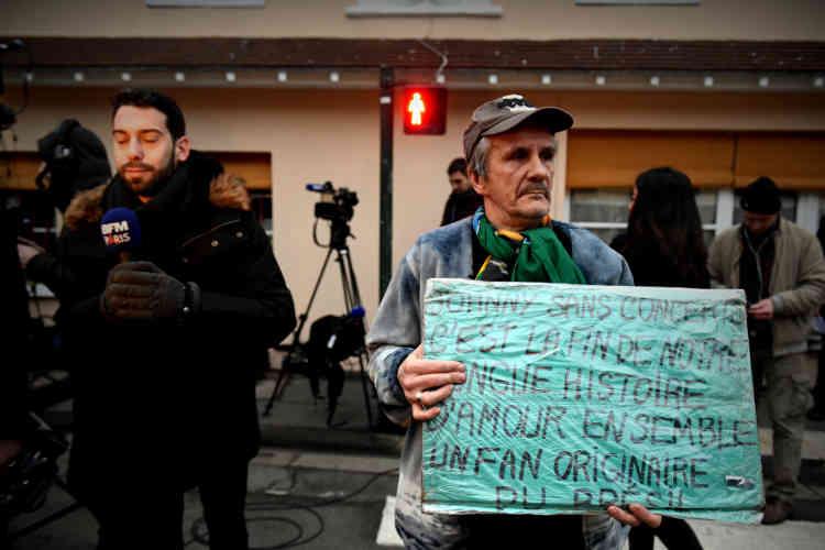 José, un fan brésilien, devant le domicile de la star où se massent les journalistes.