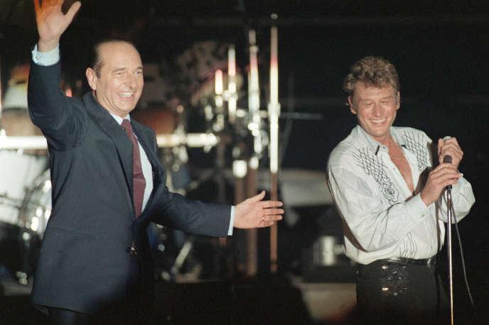Jacques Chirac et Johnny Hallyday, le 20mars 1988, lors du meeting parisien du candidat RPR qui perdra quelques semaines plus tard au second tour, contre François Mitterrand.