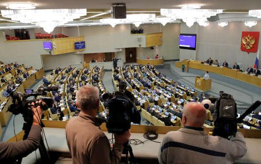 Les députés russes ont voté, mercredi 6 décembre, par 413 voix contre une cette mesure. Auparavant, le président russe, Vladimir Poutine, avait promulgué une loi permettant de classer tout média international opérant en Russie comme « agent de l'étranger ».