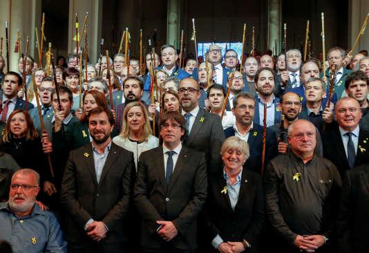 Carles Puigdemont et des maires catalans – avec le bâton symbole de leur mandat –, à Bruxelles, le 7novembre 2017.