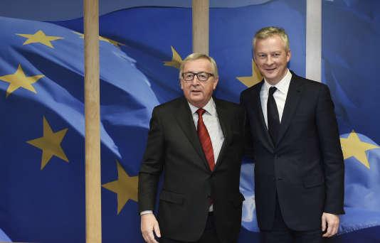 Le ministre français de l'économie, Bruno Le Maire (à droite), avec le président de la Commission européenne, Jean Claude Juncker, à Bruxelles, le 5 décembre.