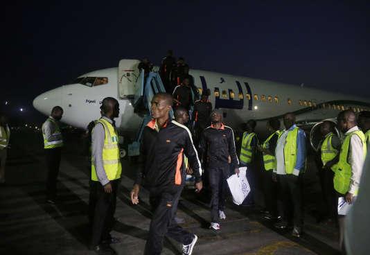 Des réfugiés nigériens, rapatriés de Libye dans leur pays, débarquent à l'aéroport international Murtala-Muhammed de Lagos, le 5 décembre 2017.
