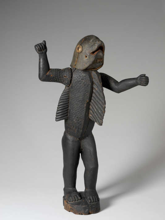 Le Bénin a officiellement demandé à la France la restitution de cette statue, dont la tête et le torse évoquent un requin. Elle représente Béhanzin (1844-1906), roi du Dahomey.