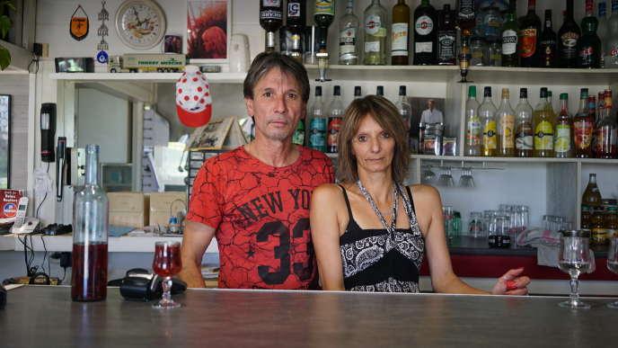 Jean-Luc Mollaret, 52 ans, propriétaire du restaurant routier Le Relais 6, et Rosalia Agresti, 49 ans, serveuse, à Cussy-les-Forges (Yonne).