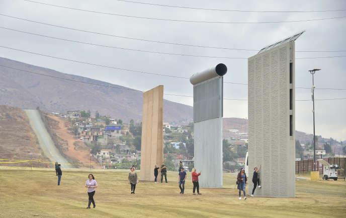 Prototypes pour le projet de mur à la frontière entre les Etats-Unis et le Mexique, près de San Diego (Californie), le 1er novembre.