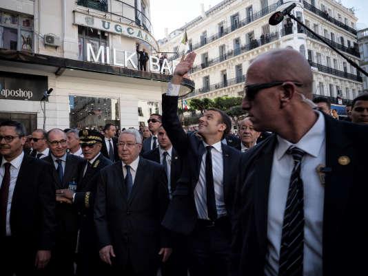 Le président français, Emmanuel Macron (le bras levé) effectue, mercredi6décembre, son premier déplacement officiel en Algérie.