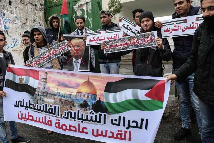 Des manifestants palestiniens s'apprêtent à brûler une photo de Donald Trump, le 6 décembre 2017.