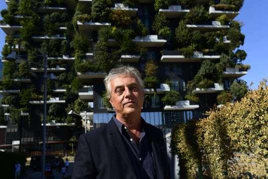 L'architecte italien Stefano Boeri devant l'immeuble Bosco verticale («La forêt verticale»), deux hautes tours d'habitations recouvertes de 20000plantes et arbres dans le quartier dePorta Nuova, à Milan.