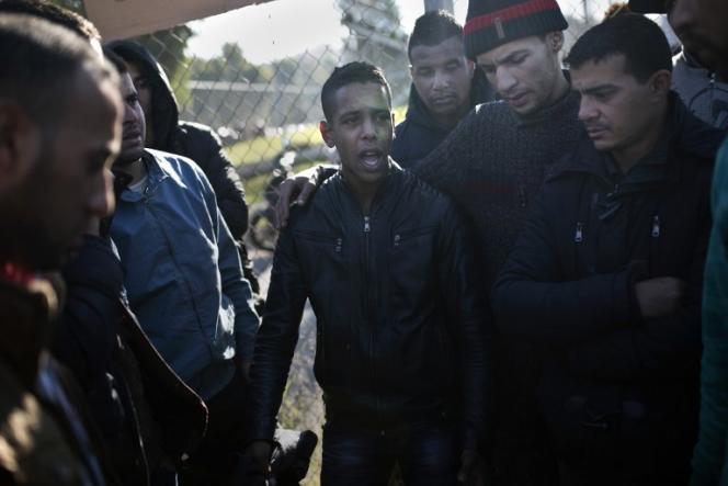 Des migrants algériens et marocains en décembre 2013.
