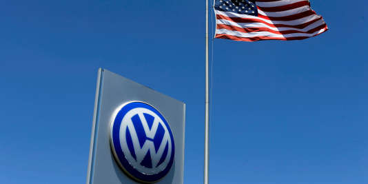 Un drapeau américain flottant au dessus de l'enseigne d'un concessionnaire Volkswagen, à Carlsbad, en Californie.
